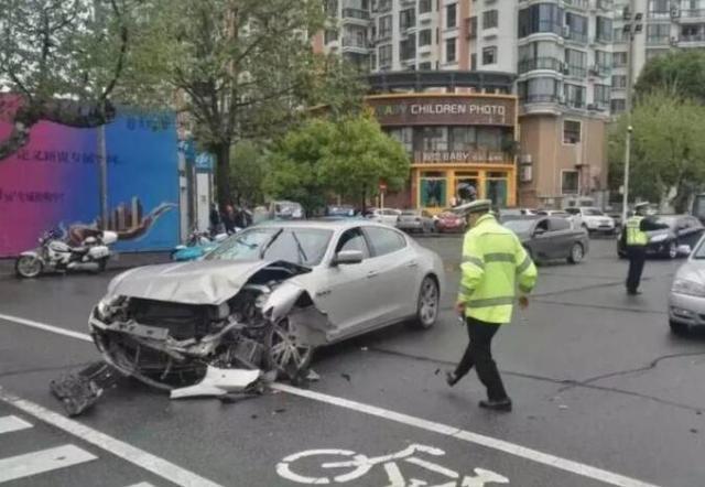 宜昌城区发生一起车祸 百万豪车与皇冠车相撞