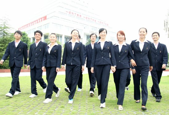 武汉一高校为新生发统一校服 师生参与设计制作