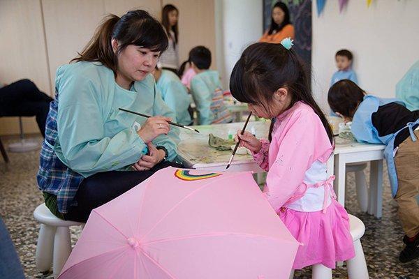 恋人游访新景点 台湾彩虹伞树童话工厂