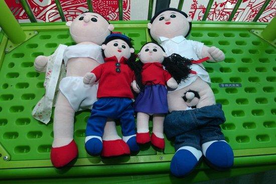"""幼儿园上性教育课""""真人""""布娃娃尺度超前(图)"""