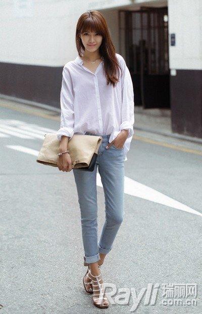 白色衬衫搭配牛仔裤