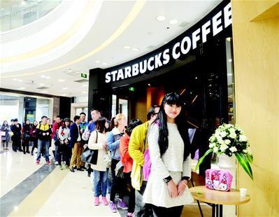 图为:星巴克襄阳店开业时,粉丝们排队尝鲜