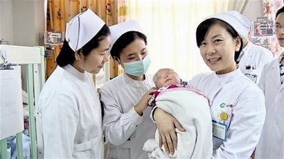 同济医院的护士抱着已经康复的强强