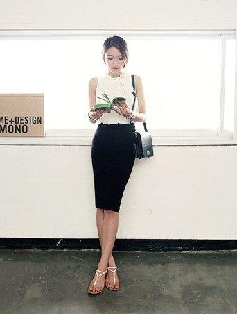 白色无袖雪纺衫搭配黑色筒裙