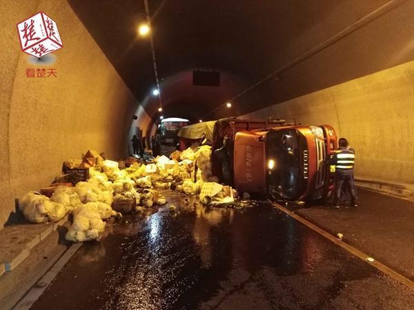 小货车在高速隧道内侧翻 多部门联合快速处置