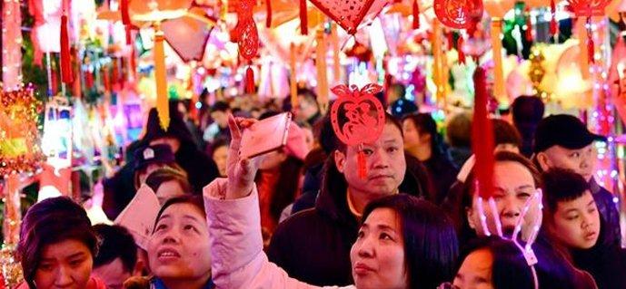 武汉一社区举办元宵灯会 居民自制11950盏花灯