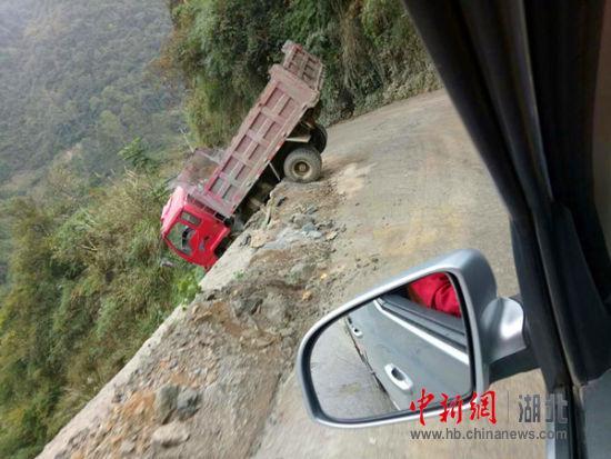货车爆胎失控冲向悬崖 防护栏卡住后轮救下司机