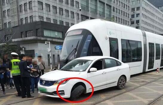 武汉造价千万有轨电车 在光谷遭撞裂