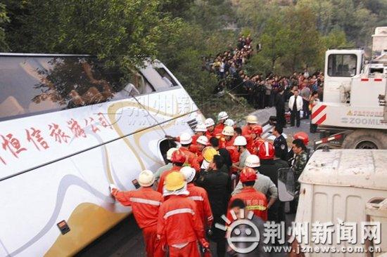 湖北荆州客车在湖南境内翻车10死33伤(组图)