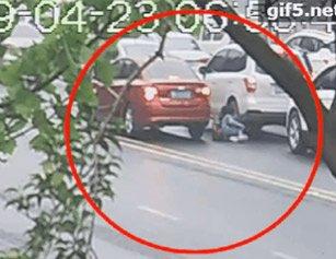 惊心!湖北一小女孩上学横穿马路被车撞倒