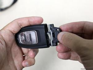求人 自己更换汽车钥匙电池高清图片