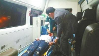 女子雨夜骑摩托车侧翻受伤 幸得过路民警救援