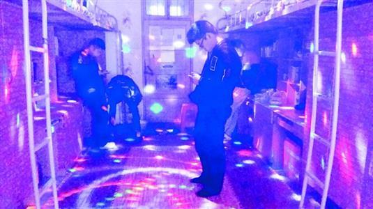 六名酷爱音乐的大学生 花700元将寝室改装成ktv图片