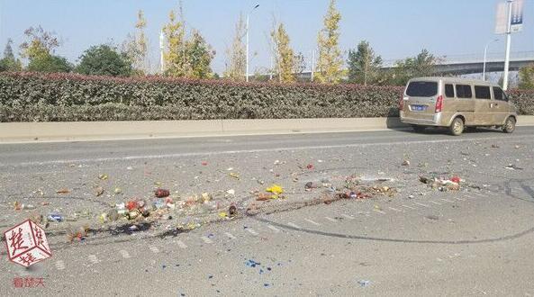 小货车掉落垃圾袋路面撒满碎玻璃 司机溜之大吉