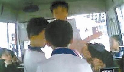 无良老师逼迟到学生互扇耳光图片