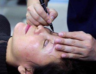 25年后再做双眼皮手术 50岁单亲妈妈获儿子点赞