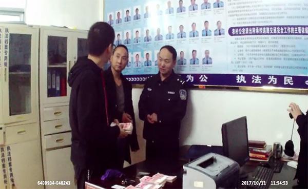 小伙6万元落在出租车上 竹溪的哥捡到交给民警