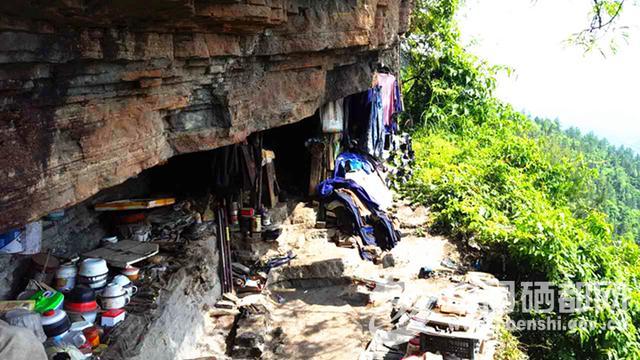屯堡乡村干部耐心劝说 助老人搬离岩洞住新家