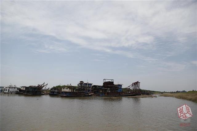 深夜作业白天躲猫猫 荆州20多艘非法采砂船被端