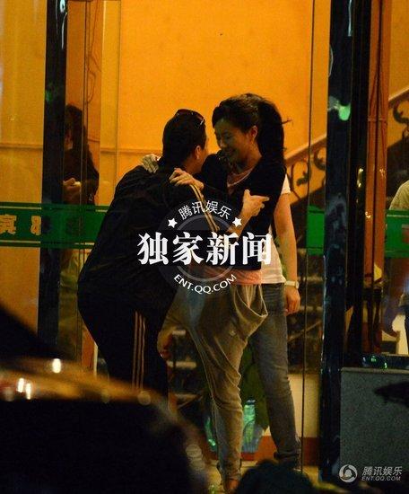 叶璇与男友人酒店门口嬉戏被拍图片