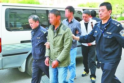图为民警将嫌疑人带回武汉。通讯员王旭东 摄