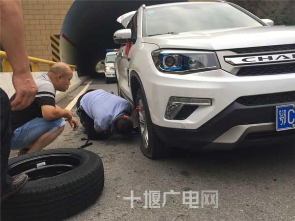暖心!车辆爆胎车主被困隧道口 民警及时援手解难