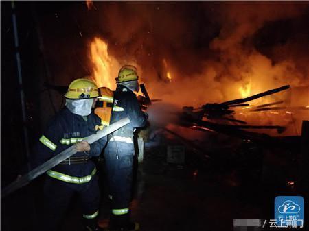 惊险!京山一民房夜间起火 消防紧急救援1小时