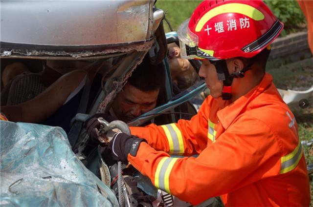 十堰发生惨烈车祸致两人被困 消防紧急出动营救