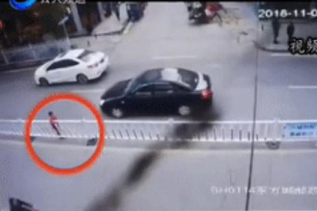 惊险!恩施街头一小孩横穿护栏 引发两车追尾