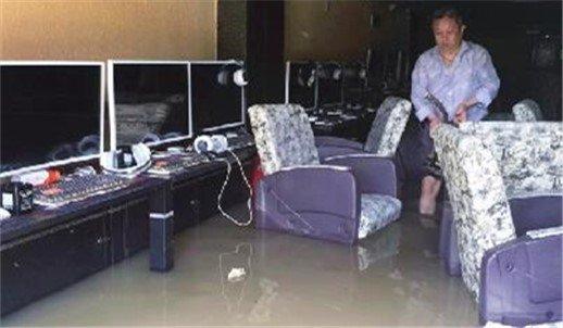 宜昌一地供水管破裂三家商户进水 积水没过膝盖