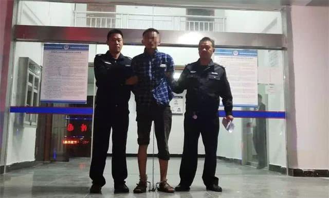 网上逃犯在巴东一超市抢走10元 还拔刀威逼店员