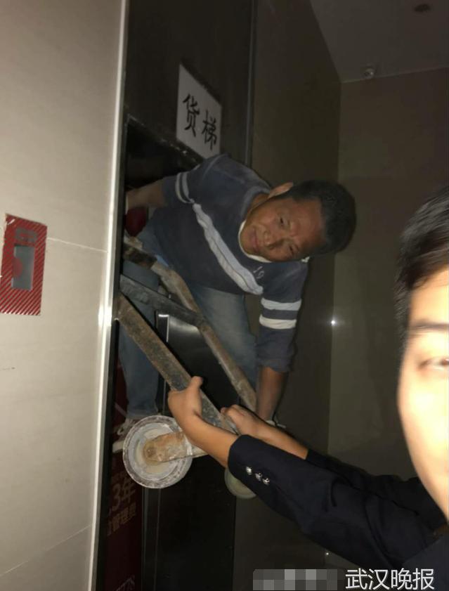 工人被电梯门夹带往上升 幸在十多分钟后获救