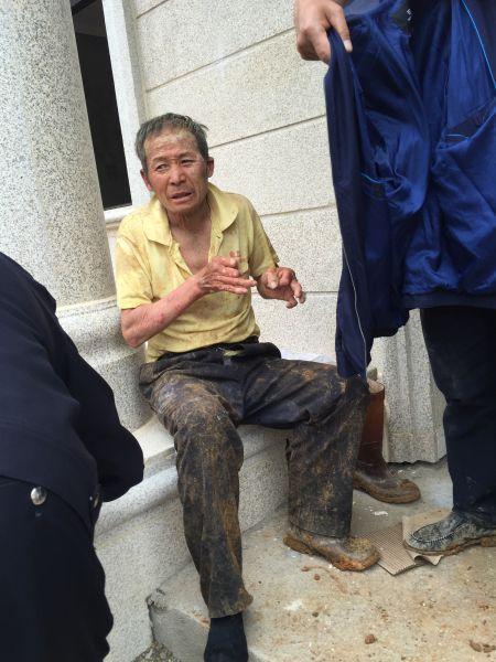 工地沉井坍塌民工被埋,公安消防徒手将其刨出