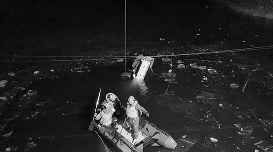 货车失控坠入水库被冰封水中 2名十堰小伙不幸遇难