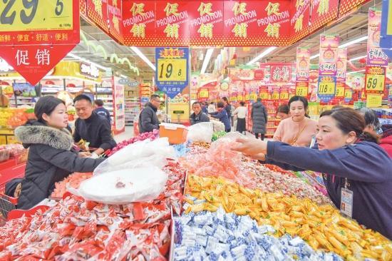 热闹!春节临近年味浓 荆州市民备足年货迎新春