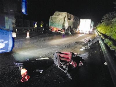 两货车凌晨高速追尾煤粉撒一地 司机报警后这样做