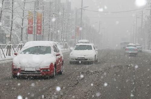 下雪天慢为先 雪天安全驾驶行车技巧