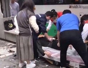 追踪!武汉公交为避让行人冲上站台 致2人受伤