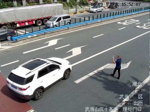 四名男子在高速出站口发卡片拉客 致现场交通紊乱