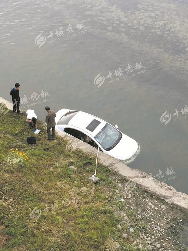 竹山城关一轿车失控冲进堵河 司机成功自救