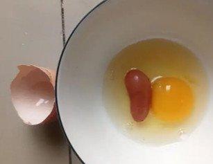 武汉女子做早餐敲鸡蛋 打开后惊呆了