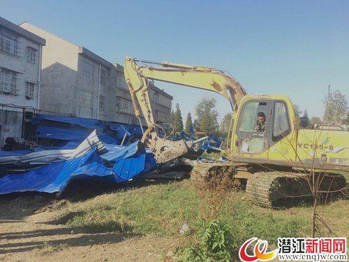 潜江紫月村违法建筑被拆除 拆违面积达700余平米