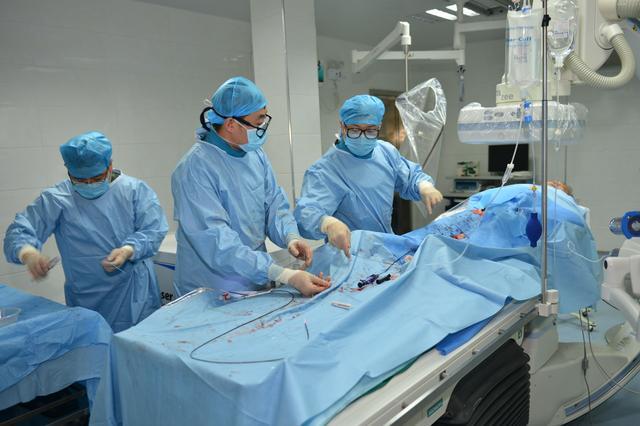 七旬爹爹腿部支架遭堵塞 医生最新技术巧化解