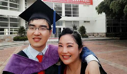 单亲妈妈花29年 把重度脑瘫儿子送进哈佛大学