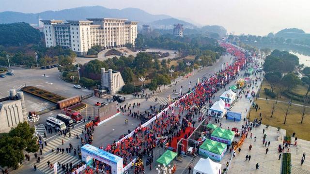 2017黄石磁湖国际半程马拉松圆满举行 逾1.2万人参赛