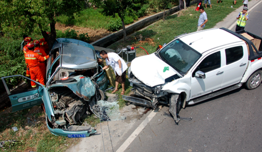 惨烈!十堰发生车祸致两人被困 消防紧急出动