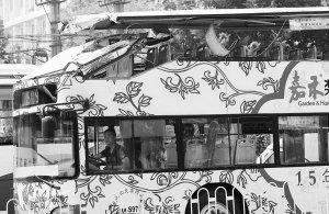 武汉双层公交过涵洞撞上限高梁 司机被拘留7天