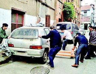 """""""3辆僵尸车停窄巷两年多影响交通"""