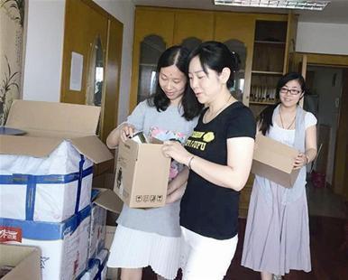 陈锦萍(左一)和队员一起清点货物