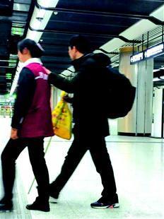 盲人坐地铁不知怎么走 女孩用肩膀为其当拐杖